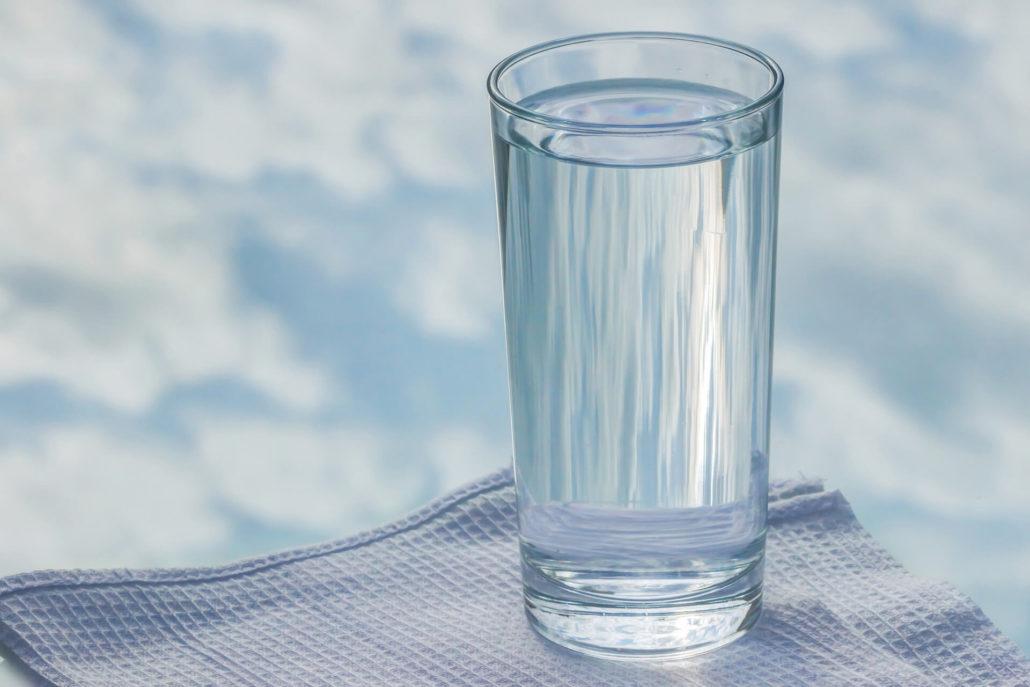 acqua in un bicchiere