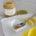 vasetto di miele di corbezzolo aperto con limone